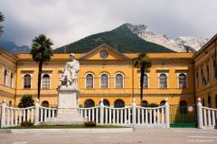 Carrara_Sculole-Suore-e-monumento-Pellegrino-Rossi_scorci-cittadini-2010_maggianipaolo_20_24613852043_o